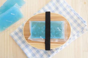 冷凍庫で凍らせた保冷剤をお弁当の上にのせておくのも効果的です。