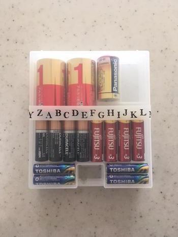 小物はバラバラにせずひとまとめに。こちらは100均で販売されている電池ケースですね。小物は専用ケースを使うと片付けがグッと楽になります。