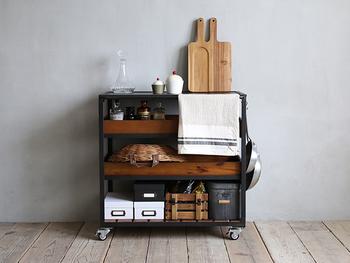 収納スペースが足りないけど家具は足したくない…。そんなときはワゴンがおすすめです。よく使うものを収納しつつ、部屋全体がオシャレに締まります。