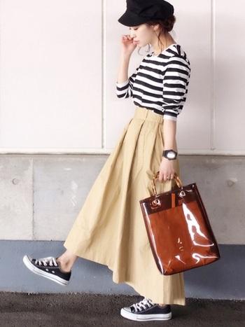 フェミニンなフレアスカートも、少しゆとりのあるサイズのボーダーを合わせて、大人カジュアルなスタイルに。スニーカーは、ボーダーと同じカラーでさりげなくリンクさせてあげると、洗練された印象の着こなしになります。