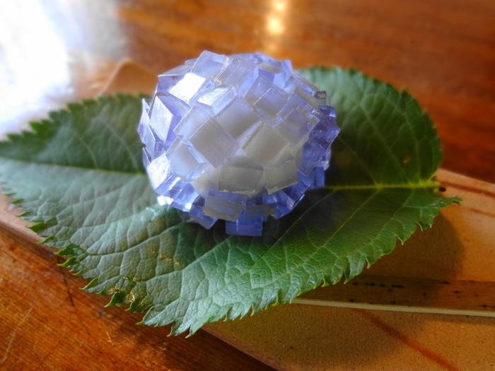 季節ごとに変わる上生菓子。こちらは紫陽花モチーフ。キラキラと光る宝石のような紫陽花は食べてしまうのがもったいなくなりそうですね。