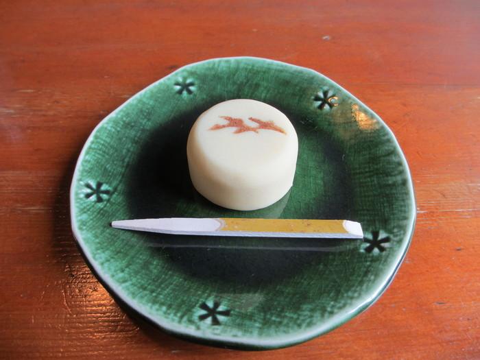 こちらは初雁(はつかり)。初秋の頃に出されるようで表面に雁の焼き印が。中にあんこが入った練り切りで、上品なニッキの風味が美味しいお菓子です。