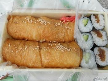 長細い形が特徴的な稲荷寿司は半分にカットされています。程よい甘辛さであっという間に完食できちゃいそうな美味しさ。自宅へのお土産に持ち帰れば喜ばれそうですね。