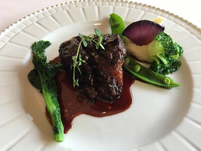 フレンチの定番、和牛ほほ肉の赤ワイン煮込み。鮮やかな緑とのコントラストが美しく、より食欲をそそります。ホロホロの柔らかい牛ほほ肉はずっと口に入れていたい美味しさ♪