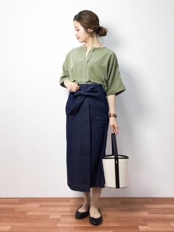 ナチュラルなモスグリーンのスキッパーシャツにデニムのタイトスカートを合わせたコーディネートは、ノーカラーやフラットシューズで程よく全体をカジュアルダウンして。ラップスカートの結び目がさり気ないアクセントになっていて、スタイルアップ効果も期待できます。