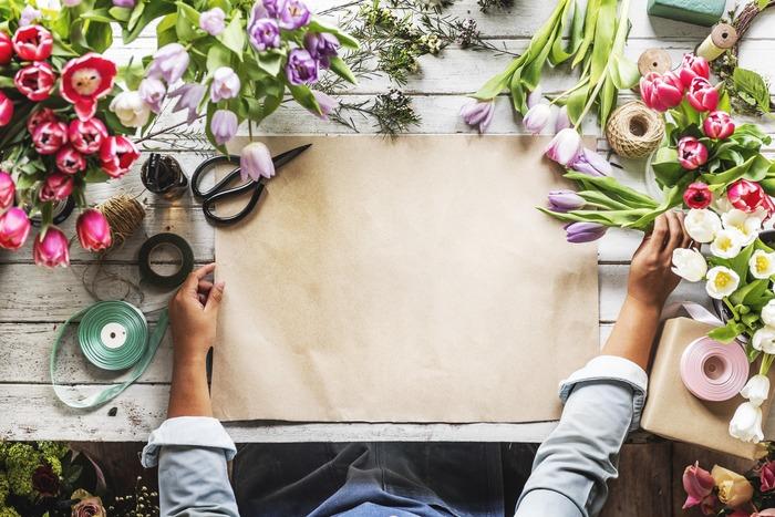 毎日を過ごす自分のお部屋に、植物で素敵な彩りを加えてみましょう。パッと明るい華やかな色の花は、見るだけで元気が湧いてきます。たくさんの色が集まるブーケは、小さくても強いパワーを分けてもらえそう。好きな色や好きな花だけを飾るのもいいですね。お気に入りをそばに置いて、心の気分を模様替えしましょう。