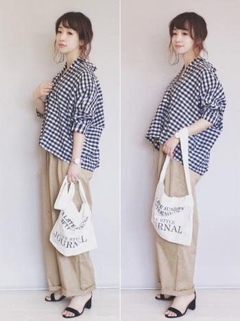 トレンドのチェック柄トップスも、シンプルなベージュのパンツなら、すっと馴染みます。細くロールアップした裾に華奢なサンダルを合わせて女性らしさをプラス。ふんわり優しい雰囲気のコーデの完成です。