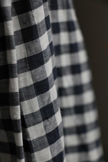 たっぷりと用尺のあるタックは、広がりすぎずすっきりとした印象にまとめてくれます。肩紐部分は取り外し可能なので、シンプルなスカートとして楽しめるのもいいですね。
