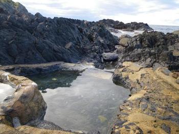 自然に出来た窪みを利用したお風呂は、なんと一日2回だけ、干潮時の前後2時間程度しか入れないのだそう。混浴で水着も不可ですが、バスタオルの着用はOK。神秘の島から湧く貴重な温泉をぜひ体験してみては?