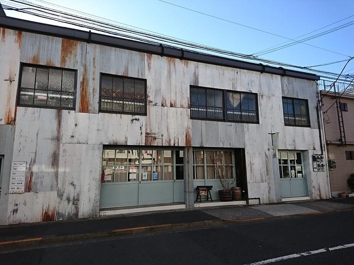 清澄白河の駅から徒歩5分ほどのところに見えてくる、まるで倉庫のような建物「fukadaso」は、解体寸前だった風呂なしアパートのレトロなその佇まいを継承しつつ、再生させた今話題のスポットです。今回ご紹介する「リカシツ」は102号室で、理科の実験で使っていたフラスコやビーカーなどを販売しています。