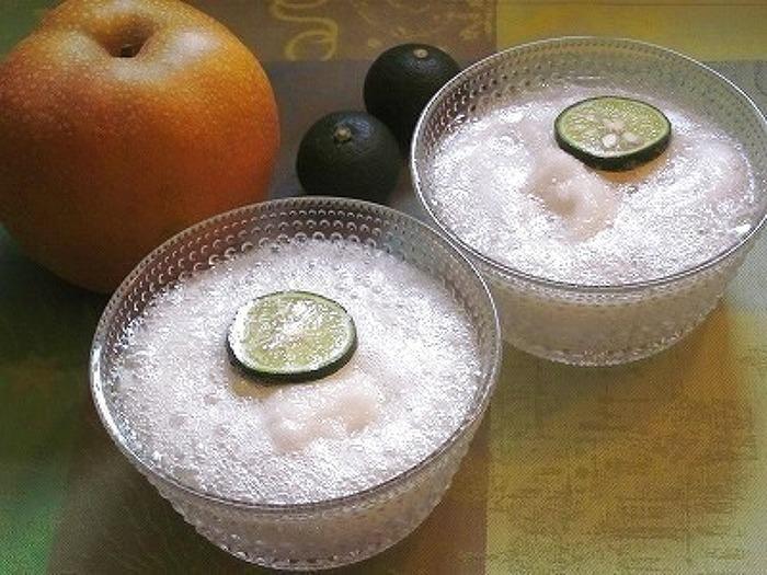 凍らせた梨とすだちの爽やかサイダー。飲めば一瞬で暑さも吹き飛びます! 梨は適当な大きさにカットし、前日のうちに凍らせておくのがポイントです。
