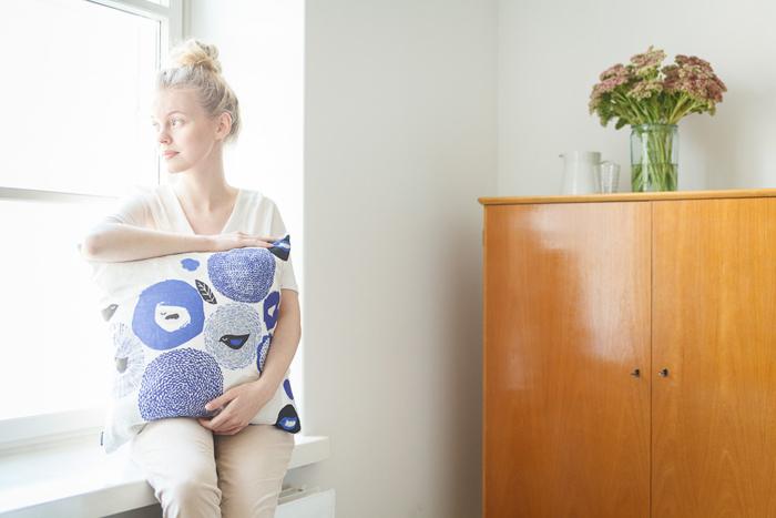 こちらのクッションカバーは、コットンとリネン混紡のため、思わず手に取りたくなるようなさらりとした質感が特徴。また、汚れても自宅で簡単にお洗濯できるのが嬉しいですね。これ一つでも、お部屋に清涼感を取り入れられる北欧デザインのクッションはいかがですか?