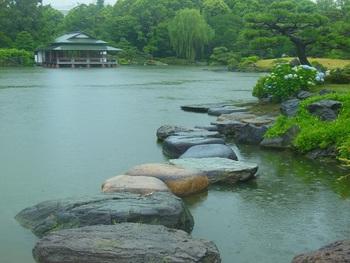 清澄白河の駅から歩いて約5分ほどのところにある「清澄庭園」。元々は江戸の豪商・紀伊國屋文左衛門の屋敷跡だった地を、三菱財閥の創業者である岩崎弥太郎氏が買い取り、造園された歴史があります。  公園の中心にある「泉水」と呼ばれる池に置かれた飛び石は、渡って歩くことができます。広々とした池の眺めが楽しめるだけでなく、歩を進めるたびに景色が変わるように配置されているんですよ。