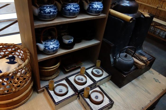 急須などの生活用品もたくさん並んでいて、レトロ好にはたまらないのでは?触れることができる展示物も多いので、当時の生活をより身近に感じられます。