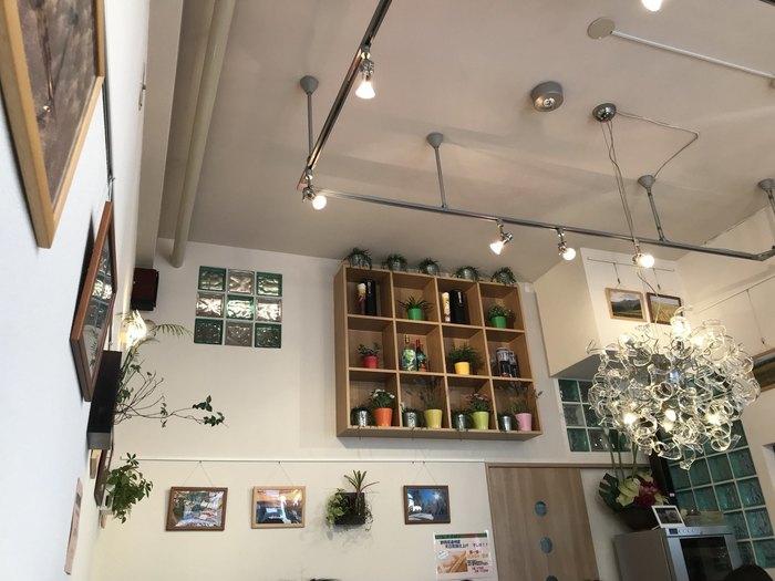 天井の高い店内は、白を基調としていて明るい空間です。ところどころにカラフルな植木鉢がディスプレイされるなど、センスのよさが女子に人気。