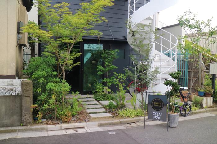 清澄白河の駅から隅田川沿いに歩いて約5分、「BONNIE COFFEE TOKYO(ボニーコーヒー東京)」はシックな外観が印象的です。オーストラリア・メルボルンにあるロースタリーコーヒースタンドの日本初進出店として注目されています。