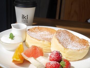おさんぽ途中のカフェタイムは、「リコッタチーズパンケーキ」がおすすめ。しっかりと泡立てたメレンゲと自家製のリコッタチーズが生地に入っているので、パンケーキはふわふわしっとり、柑橘系のフルーツとの相性も抜群です。おいしいコーヒーと一緒に召し上がれ。