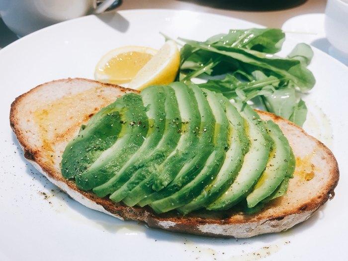 薄いパンにアボカドスライスが美しい「アボカドトースト」は女性に人気。出勤前に立ち寄る常連さんも多いんだとか。週末のモーニングにもぴったりですね。レモンを絞ると爽やかさアップ。