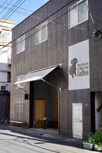 清澄白河駅から5~6分ほど歩くと、犬のイラストが描かれたビルを発見!コーヒー専門店が多く立ち並ぶ清澄白河エリアでもひときわ目をひくこちらは、「The Cream of the Crop Coffee(ザクリームオブザクロップコーヒー)」です。