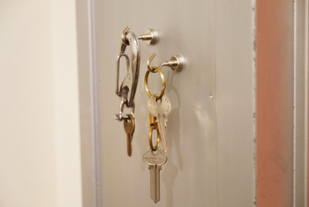 冷蔵庫やスチールラックなど、留めておきたいところにしっかり固着でき、ちょっとやそっとのことでは外れません。おうちの鍵は勿論、細々とした小物を収納するのに大活躍してくれるアイテムです。