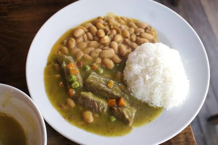 トウモロコシや豆類が豊富なペルーのオーガニックビーンズを使った「オーガニック豆の煮込み&特製ビーフシチュー」。ホロホロとした豆としっかり煮込んだ牛肉が柔らかくてとっても美味。