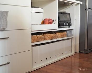 キッチンの棚下に、「スタンドファイルボックス」をずらりと収納。統一感があってすっきり気持ちの良い風景ですね。