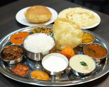 シェフは、神谷町にある南インド料理の名店「ニルヴァナム」で経験を積んだ実績のある南インド出身の方。腕に定評があると、カレーにこだわるお客さんの間でも注目されているんです。