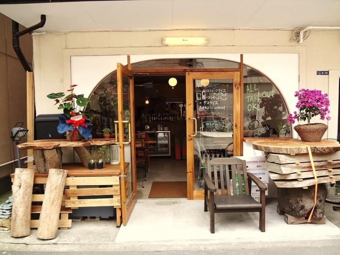 2013年にオープンした「MEDIUM(ミディアム)」は、深川江戸資料館のすぐそばにあるカフェ。自然の温もり溢れるウッディな外観が印象的です。