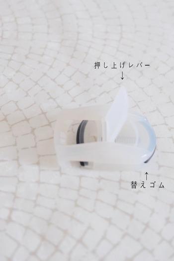 こんなにコンパクトサイズなのに、まつげを挟みやすい機能的な設計。この小さいボディに替えゴムも付いている優れものです!