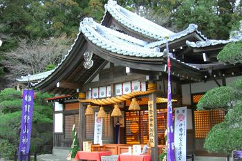 日本武尊は「山犬たちは山の神のお遣いに違いない」と思い、山頂に神霊を祀りました。それが神社創建の始めと伝えられています。 火災、盗難、諸難よけの守護神として地元住民に古くから愛されているほか、最近はその名前から「宝」を呼ぶとして金運もあがると人気になっているとか。こちらにお参りして、宝くじに当選した人もいるらしいですよ。