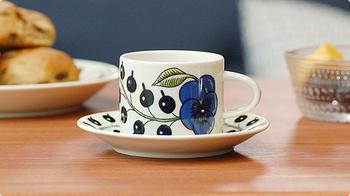 北欧デザインの中でもとくに人気が高いアラビアのパラティッシ。ベーシックなかたちと伝統的なデザインで、食卓を優雅に彩ってくれます。ペアで贈ると喜ばれるカップ&ソーサーです。(二脚で16,200円)