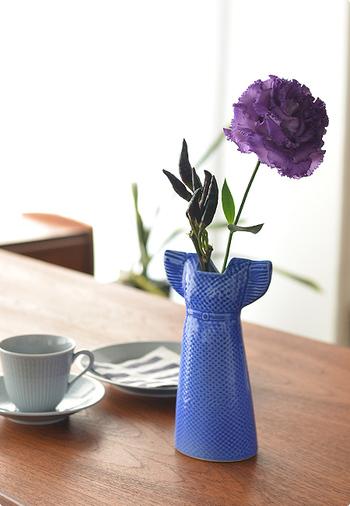 こちらはリサ・ラーソンのサマードレスをモチーフにした花瓶です。温もりのあるリサ・ラーソンらしいデザインで、素朴な草花にもよく似合います。(7,020円)