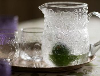 イッタラの「フルッタ」は他シリーズと比べて現存数が少なく、ヴィンテージでもなかなか手に入らないもの。その「フルッタ」のピッチャーは特別感が段違い。キャッチ―な果物柄が目を引くピッチャーで入れる飲み物は、目でも楽しめてとびきりのおもてなしになりますよ。