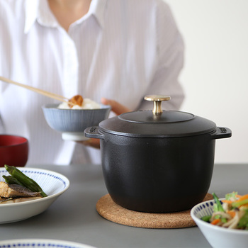 ころんとしたフォルムがキュートなストウブのホーロー鍋。2合までのごはんを炊くのにぴったり。いつも炊きたてのごはんを食べたいおうちに贈りたくなる素敵なお鍋です。(20,520円)