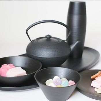 日本の伝統工芸を集めたティータイムセットです。艶やかな黒を基調としたセットで、上品な落ち着きを感じさせてくれます。茶筒「Karumi」はグッドデザイン賞を受賞したデザイン性に優れたアイテムなんですよ。(39,800円)