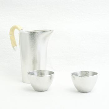 能作のぐい呑みペアは、錫でできています。錫はイオン効果が高く、水を浄化し飲み物をまろやかにするといわれています。錫製のうつわに入れることで、お酒の雑味が抜けて美味しくなるそうですよ。(21,276円)