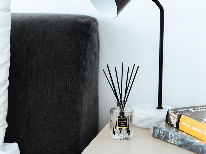 """同じく『PARFUM(パルファム)』シリーズから、黒いラベルと黒いスティックがより高級感のある印象の「パルファム・ノアール」。バニラなどコクのある甘さと、ローズ、ジャスミンなどのフローラルをミックスしたオリエンタルムード漂う香りです。ベッドルームに置けば、気品のある""""大人の寝室""""空間を演出できそう。"""