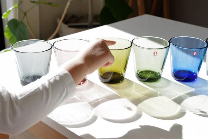 イッタラのカルティオは1958年に生み出され、シンプルなデザインとカラーの豊富さが魅力で愛用者が多い人気のグラスです。手の平への収まりがよく、丈夫で日常使いにぴったり。光が透けると美しく、飲み物を入れた時の表情も素敵です。