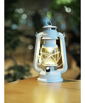 LEDを採用した優しく暖かみあるランプの光りは、まるで本物の火が灯っているような風合いを楽しめます。電池式なので、アウトドアで気軽に使えます。