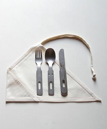 アウトドアに最適なステンレス製のナイフ、スプーン、フォークの3点セット。ナイフには栓抜きの機能も搭載。