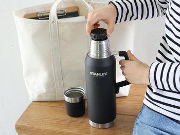 高い耐久性で一生モノと言われるスタンレーのボトルは、ひとつ持っておいて損はない逸品です。ブラックボディがおしゃれでスタイリッシュな佇まいの真空シリーズ。