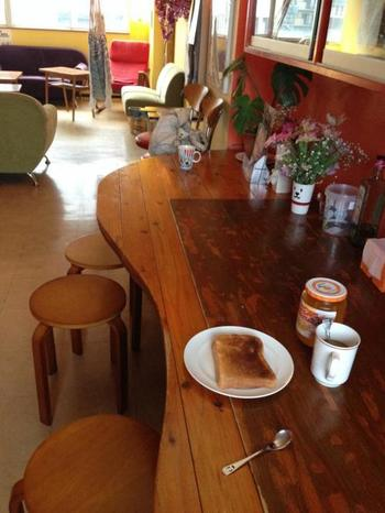 こちらは、ロビー兼、キッチン兼、食堂です。朝食のパンは食べ放題、コーヒー紅茶なども無料ですよ。旅人の心に寄り添ってくれています。