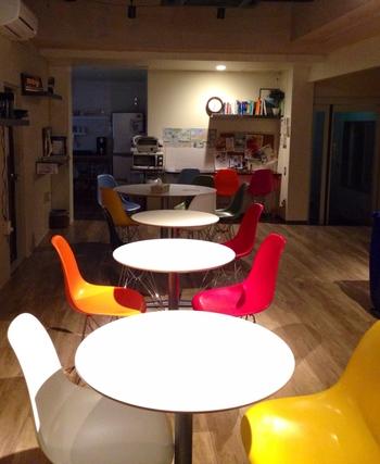 おしゃれでカラフルな椅子が置かれた共用リビングやキッチンを使ってパーティーなどもできますよ。宿泊は素泊まりで、2段ベッドのドミトリーの他、トイレ・バスが付いたお部屋もあります。
