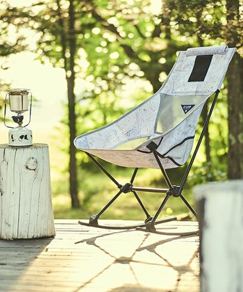 友人からキャンプに誘われた時、いきなりテントやテーブルを準備するのはハードルが高いもの。それでも、アウトドアを存分に楽しむために、自分用のチェアやグッズは最低限揃えておきたいものです。