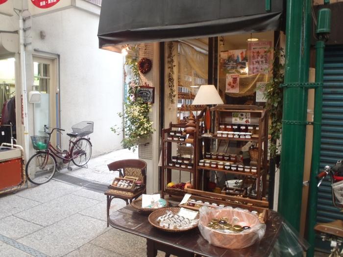尾道商店街の一角にある、小さな小さなジャム屋さん。  小瓶がぎっしりと並ぶお店は観光客が多いシーズンは特に人気のようです。