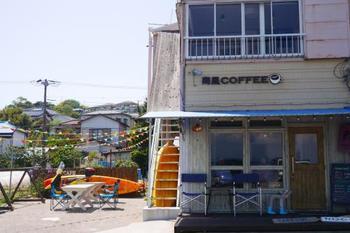 三浦海岸の真ん前に位置する「南風COFFEE」はまるで映画のセットのような佇まいで私たちを迎えてくれます。