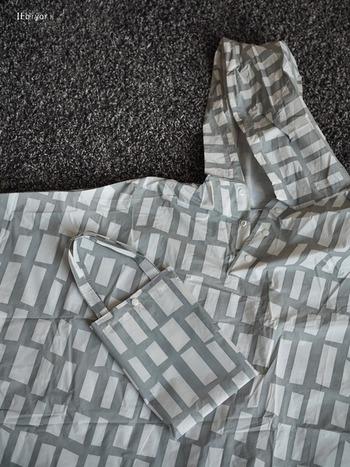 レインコートも同様です。生地の表面のフッ素樹脂の繊維が立ち上がって撥水効果が蘇ります。また、レインコートの場合は、ポケット部分などに破れないかチェックしておきましょう。