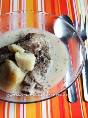 一日目は塩漬けスペアリブとジャガイモを煮込んだシチューを味わって。二日目は牛乳を足してクリームシチューに。一味違ったメニューになります。