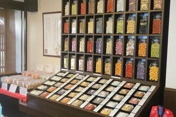 種類が豊富な豆菓子は、「巨峰豆」「黒ごま豆腐豆」「抹茶みるく豆」「ガーリック黒胡椒豆」など個性的な味でどれも食べてみたくなります。店員さんが気軽に試食させてくれるそうですよ。
