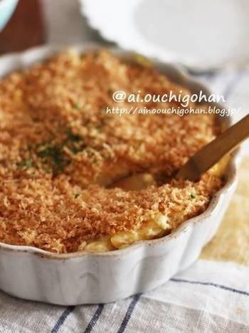 甘くておいしいさつまいもサラダを器に盛り、炒めたパン粉をふりかければ、揚げないスコップコロッケの完成です。ヘルシーでサクサクした食感が美味しいですよ。